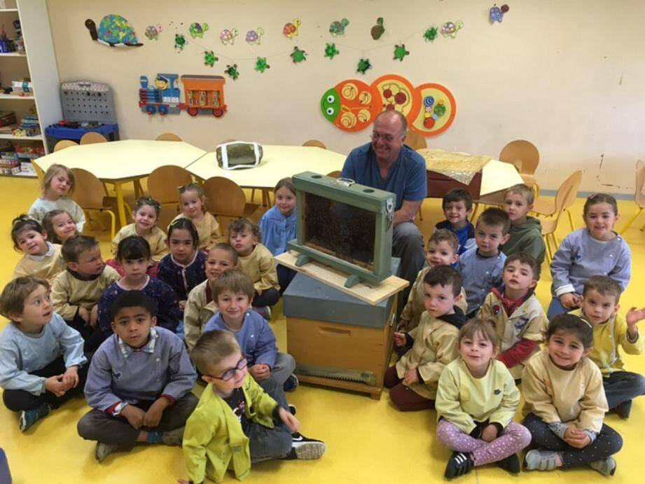 Roger Deleuse, les enfants et la ruche pédagogique.(DR)