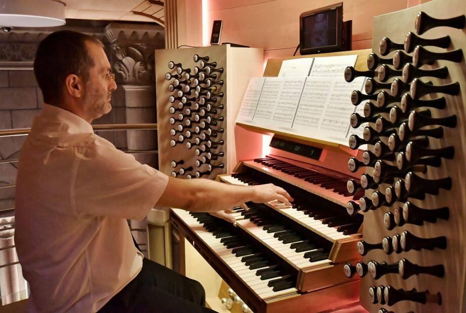 Stéphane Catalanotti à l'orgue de la cathédrale de Monaco.