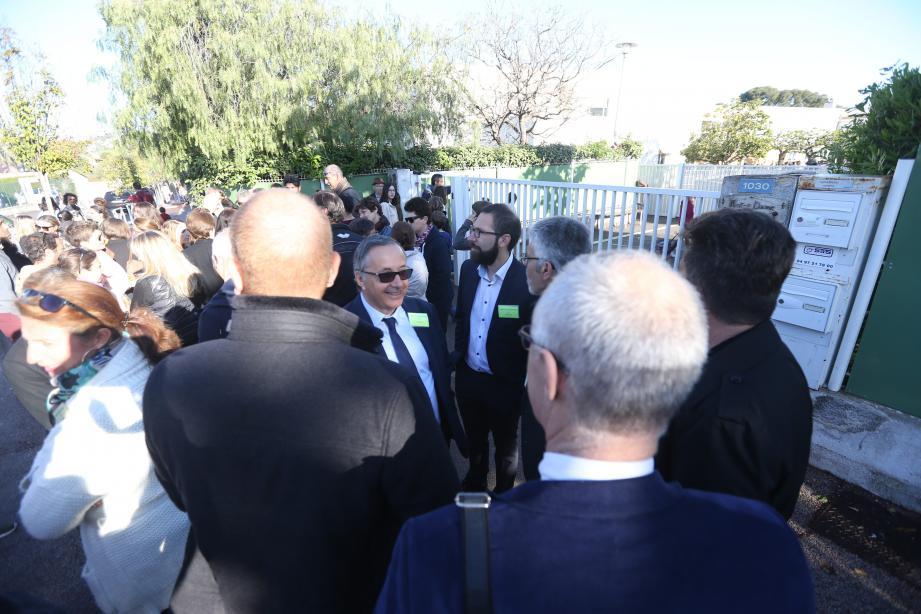 Ce jeudi matin, devant le collège de la Tramontane: une réunion de soutien des chefs d'établissements privés catholiques du département au directeur mis en cause par l'OGEC est organisée.
