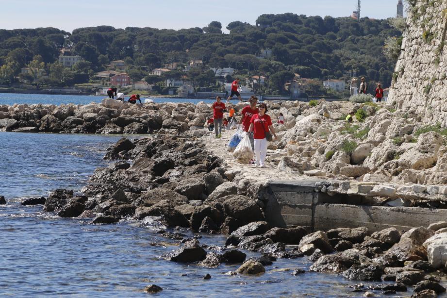 Près de cent trente bénévoles ont participé au Red Day à Antibes, hier matin.