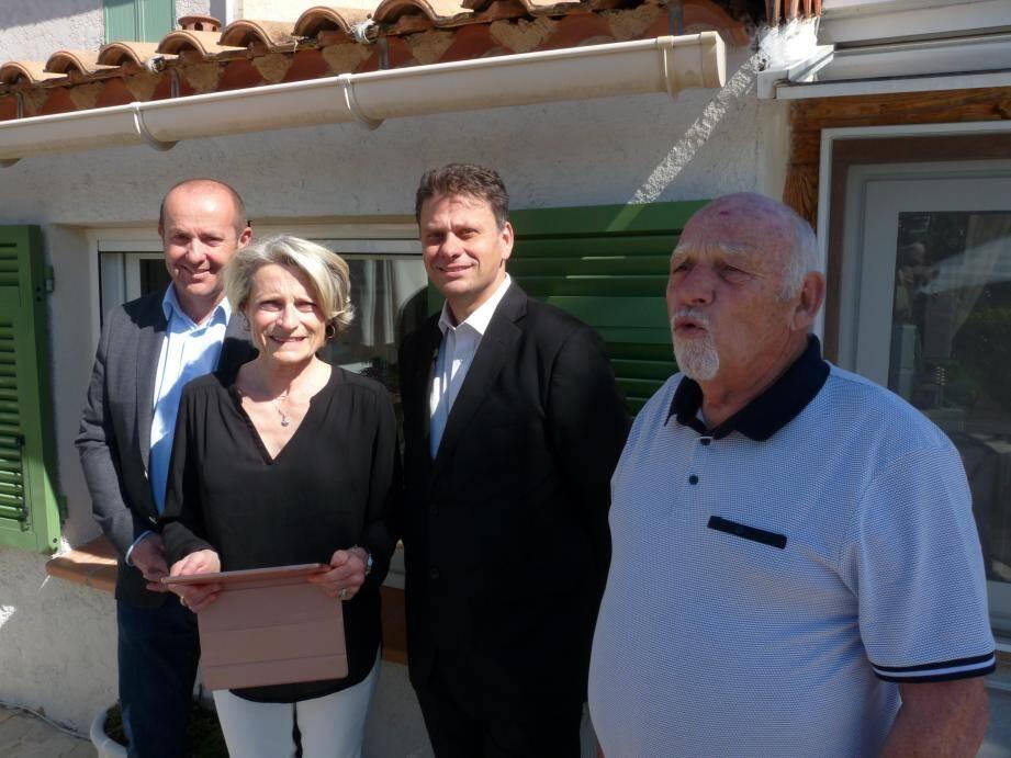 Christiane et Jacques, les premiers Gaudois « connectés » à la fibre, entourés du maire, Bruno Bettati, et du responsable d'Orange, Franck Lavagna.