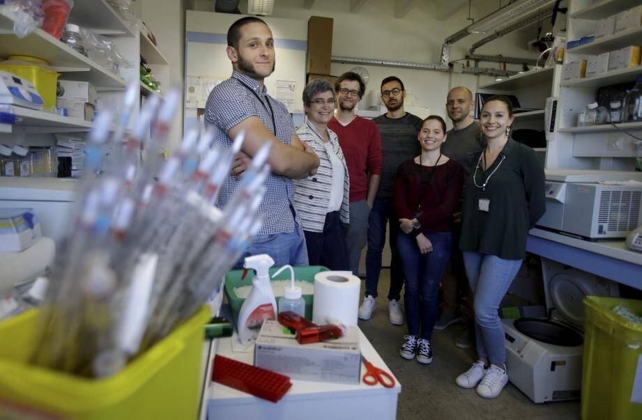 Elvire Gouze (deuxième en partant de la gauche) avec une partie de son équipe, au laboratoire installé au cœur de l'université de Nice. Ils sont dix. A Bâle, l'équipe est forte d'une vingtaine de personnes.