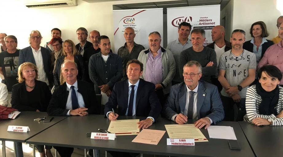 La signature de la charte par le maire et le président de la Chambre de commerce et d'artisanat du Var, Roland Rolfo.