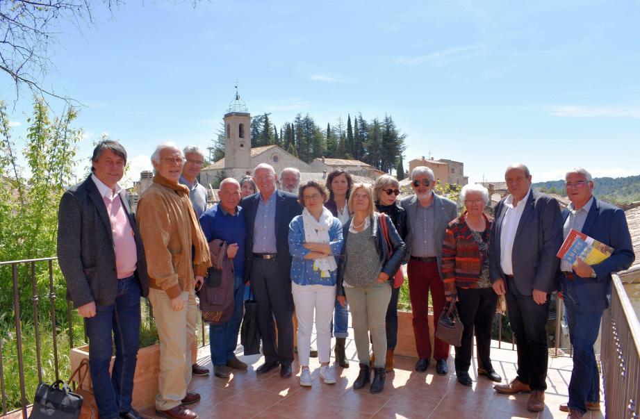 J.P Véran, quatrième à gauche, et les représentants des douze villages de caractère, ont été accueillis par Hugues Martin, second à droite.