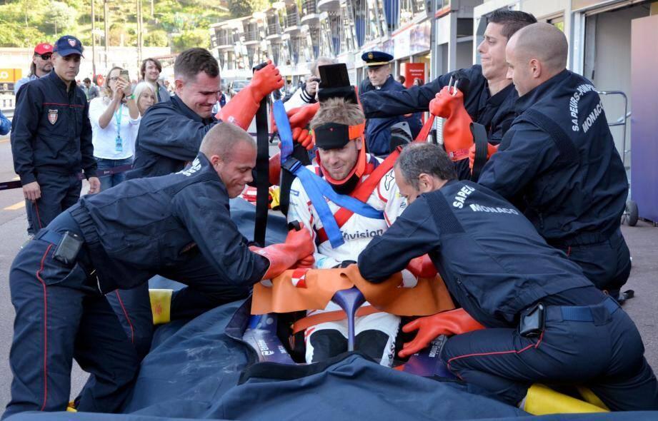 Le pilote de Virgin Racing, Sam Bird, s'est prêté à l'exercice de l'extraction avec les sapeurs-pompiers de Monaco.