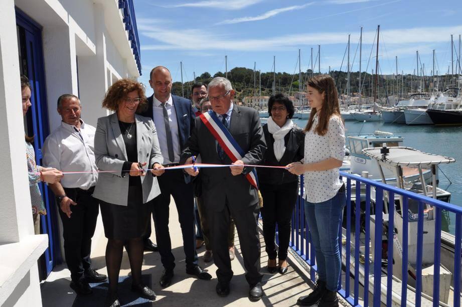 Laurence Cananzi, élue à la commission maritime de la CCIV, Gilles Vincent, maire de Saint-Mandrier, et Jérôme Giraud, directeur des ports de la rade, ont inauguré les nouveaux aménagements d'accueil du bureau du port mandréen.