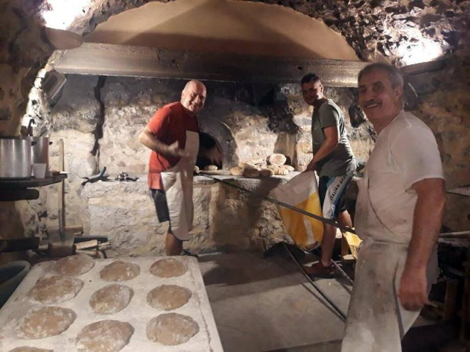 Guy Anelli et ses aides « boulangers » devant le four lors de la fête du pain en 2018.(DR)