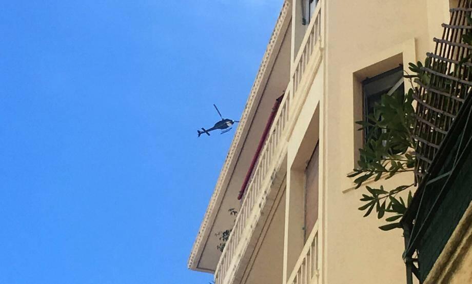 De très nombreux Niçois se sont étonnés du survol, pendant plusieurs heures, à faible vitesse et basse altitude, de cet hélicoptère, ici au-dessus du centre-ville en fin de matinée.