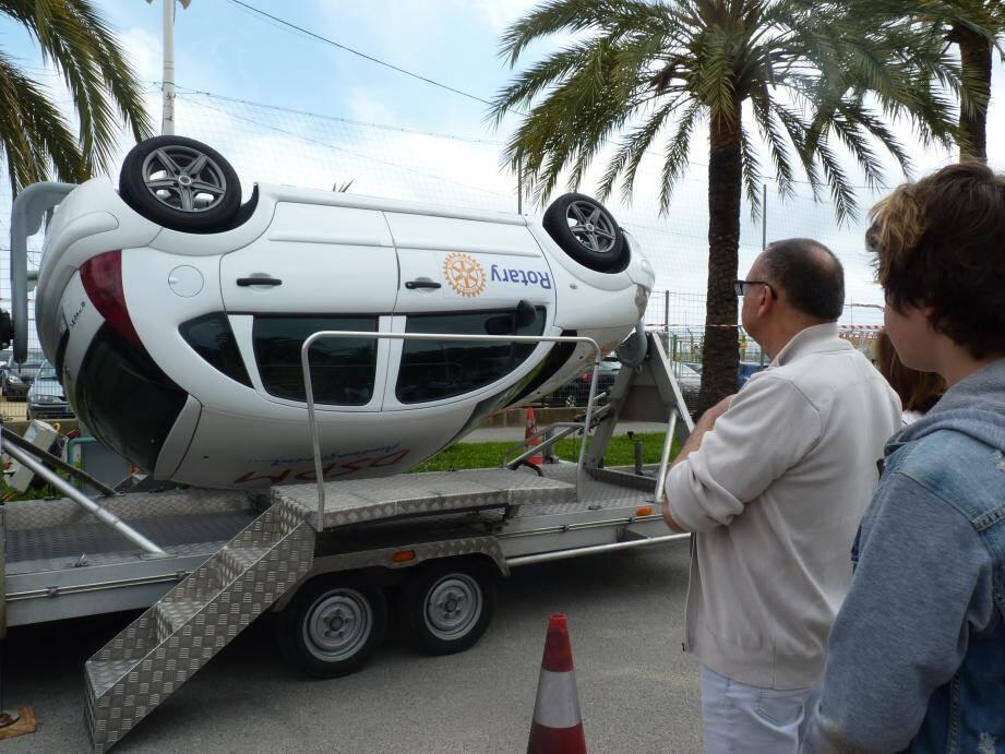 La voiture tourne sur elle-même pour simuler des tonneaux.