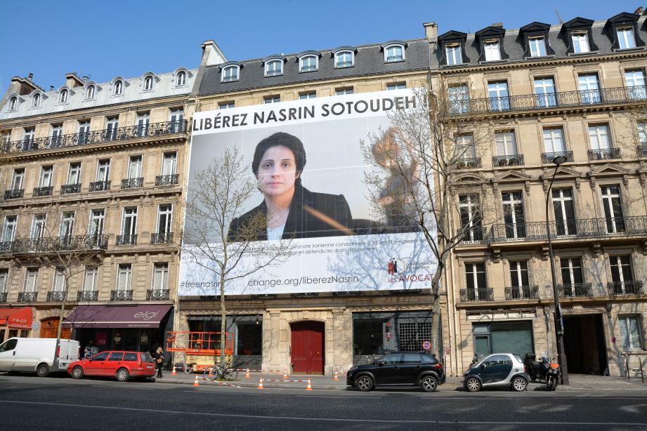 Le conseil national des barreaux a placé le portrait de Nasrin Sotoudeh sur sa façade parisienne.