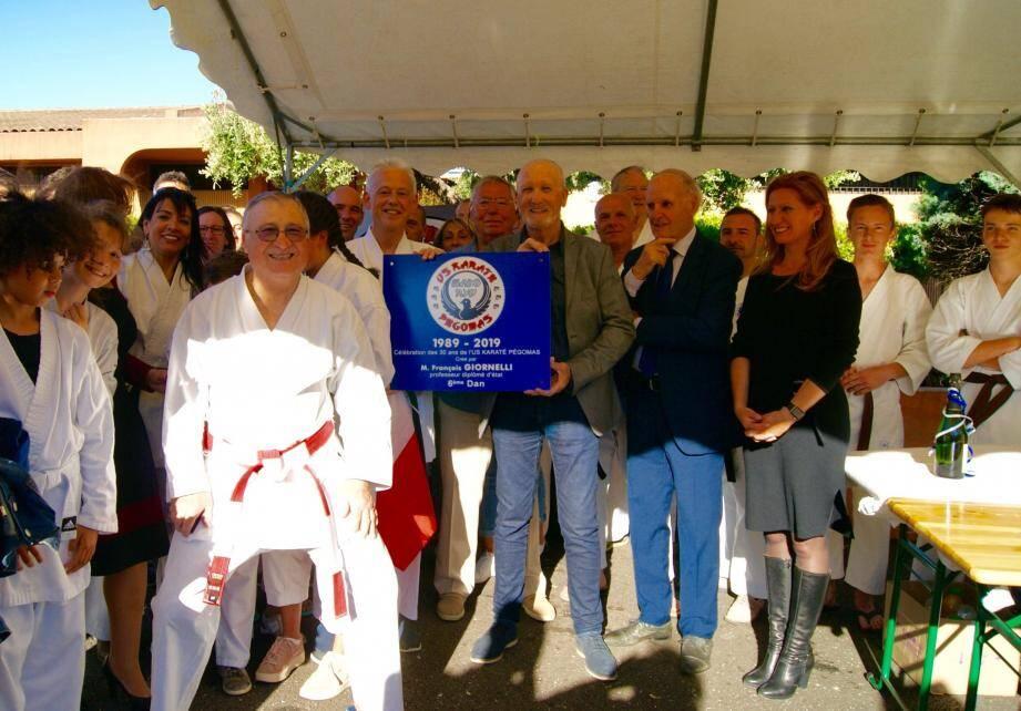 François Giornelli, à gauche, prend la pose lors de la découverte de la plaque célébrant l'anniversaire du club.