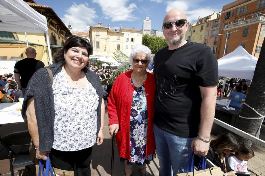 Sébastien Loizzo, gagnant du concours de barbajuans, aux côtés d'Angèle Lavore (2e) et Denise Strangio (3e).