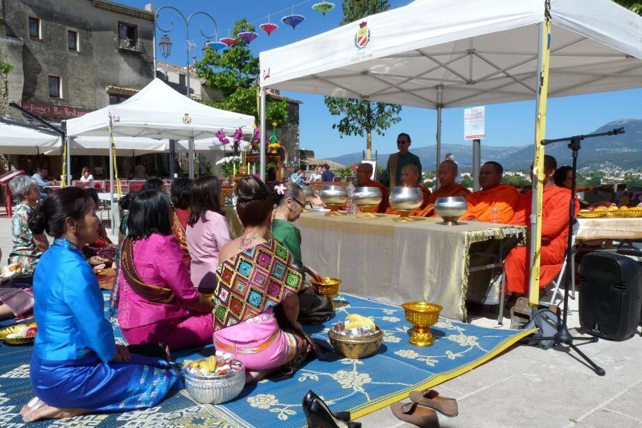 « L'Asie au Haut-de-Cagnes » a débuté par une cérémonie avec des moines bouddhistes. (Photo M. T.