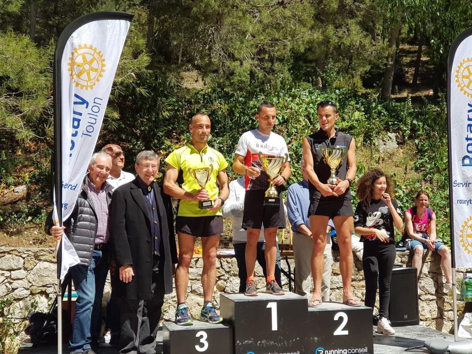 Les vainqueurs du 14 km entourés du président Denis Bensimon, du maire Robert Bénéventi et des élus.