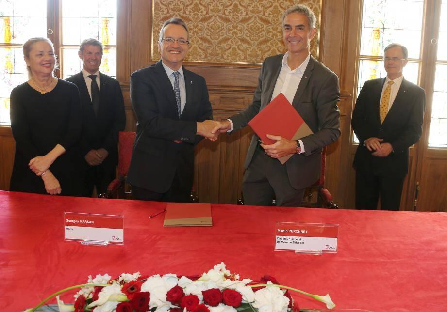 Le maire Georges Marsan et le directeur général de Monaco Telecom, Martin Peronnet, ont paraphé cette charte qui devrait notamment prendre en compte les besoins des ainés.