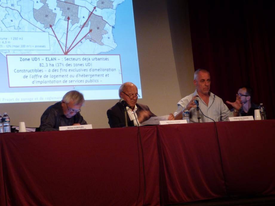 Michel Guibourd, élu à l'urbanisme, le maire Jean-Pierre Tuveri et Stéphane de Poncins, cabinet d'études en charge de l'élaboration de cette révision.    (Ph. N. S.)
