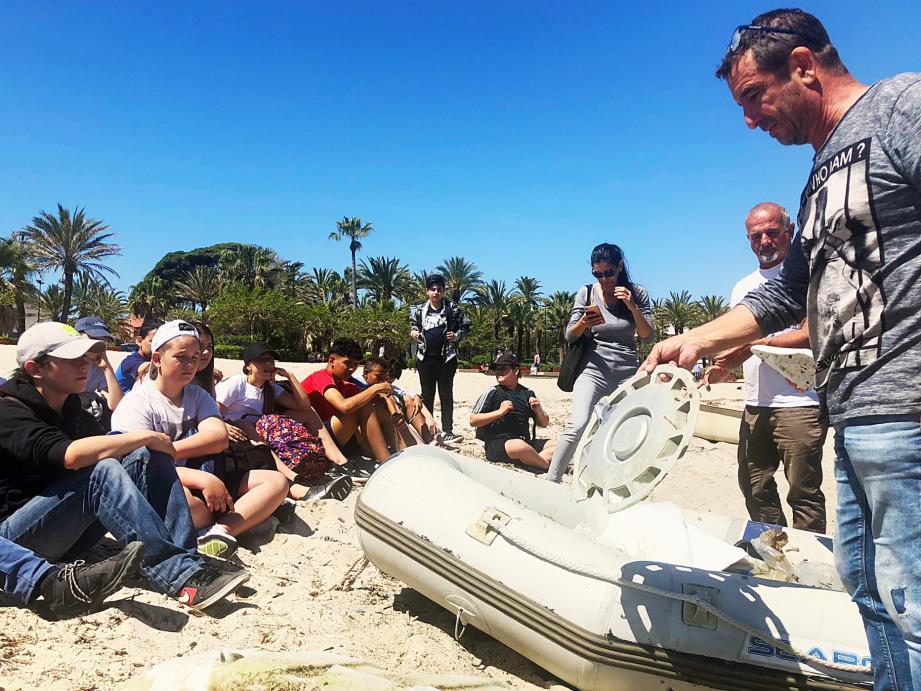 Les bénévoles des Fonds Bleus ont sensibilisé les ados à la protection de la mer, hier, sur la plage du Ponteil.
