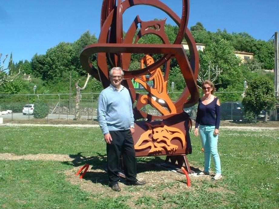 L'œuvre du sculpteur s'élève désormais sur le rond-point.