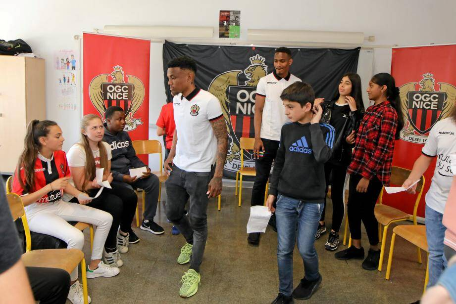 Belle surprise, hier, pour les élèves du collège Giono étudiant le niçois qui ont reçu la visite de Christophe Herelle et Myziane, joueurs de l'OGC Nice.
