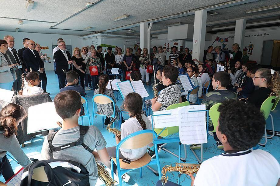 Les élèves de l'école Spinelli ont joué de la musique pour accompagner la venue de la délégation de la ville polonaise jumelle de Carros.