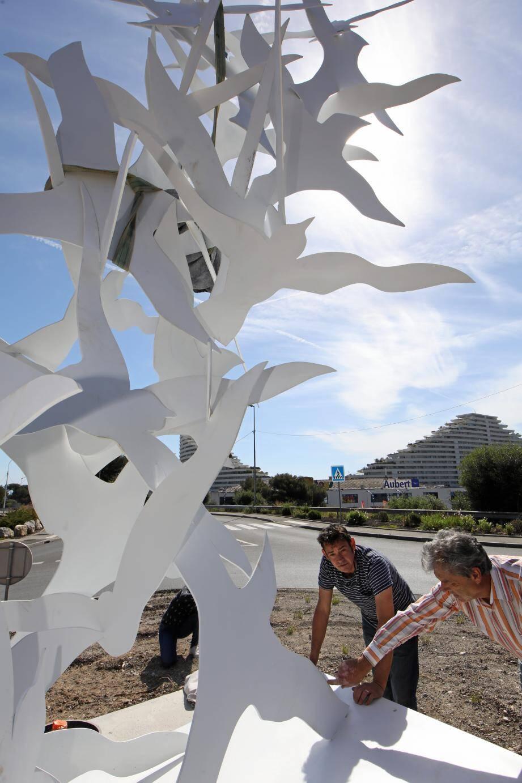 L'artiste a participé à la périlleuse installation de son œuvre de près de 800 kg.