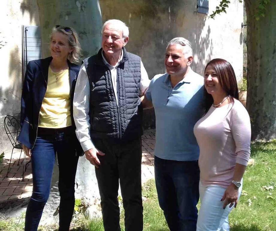 Le maire (2e en partant de la gauche) pose pour la photo souvenir avec le chef de la police de la ville de Miami et son épouse (à droite), hôtes du domaine.
