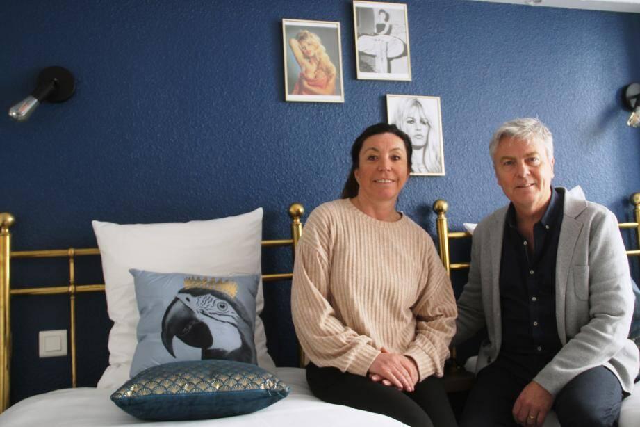 Valérie et Pascal Boulanger dans la chambre « Brigitte Bardot ».