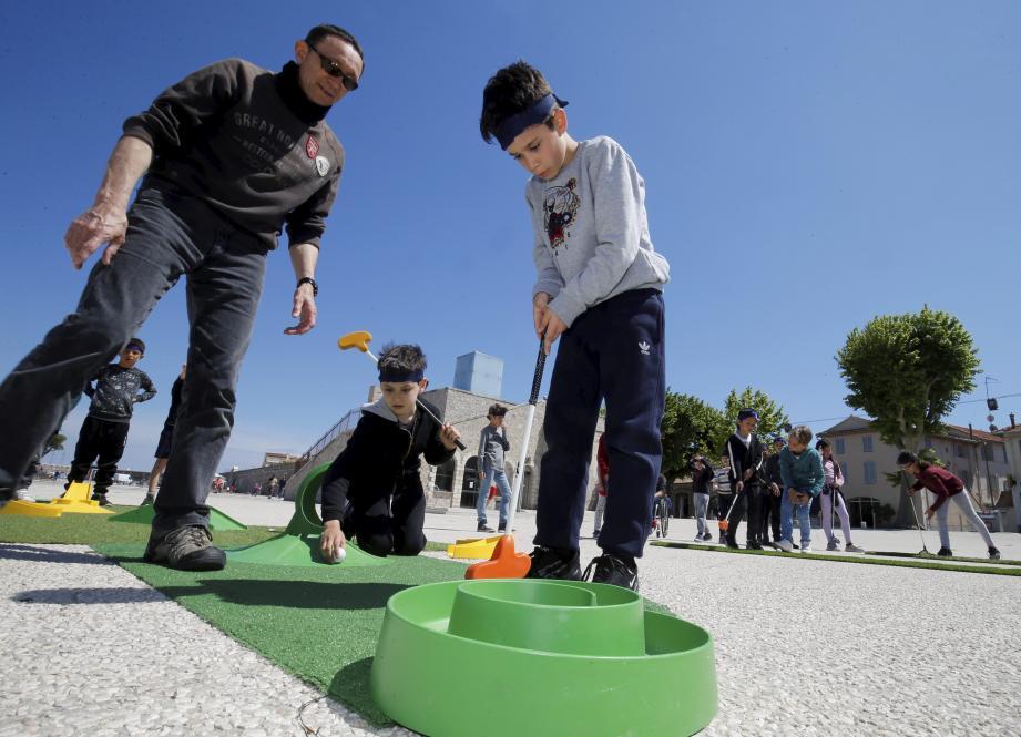 La slake-line et son jeu d'équilibre ont séduit les enfants.