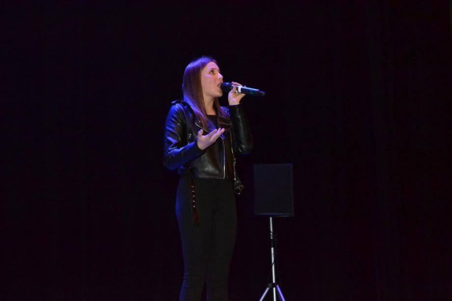 Carla Lazzari, l'enfant de la Vallée des Paillons, ici sur scène lors d'une rencontre organisée par Kids-Matin, à Drap.