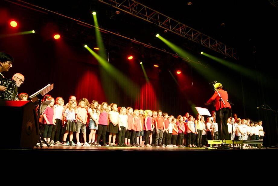 Les enfants des classes élémentaires chantent sous la direction de l'Inspectrice d'académie Anne Chiardela.