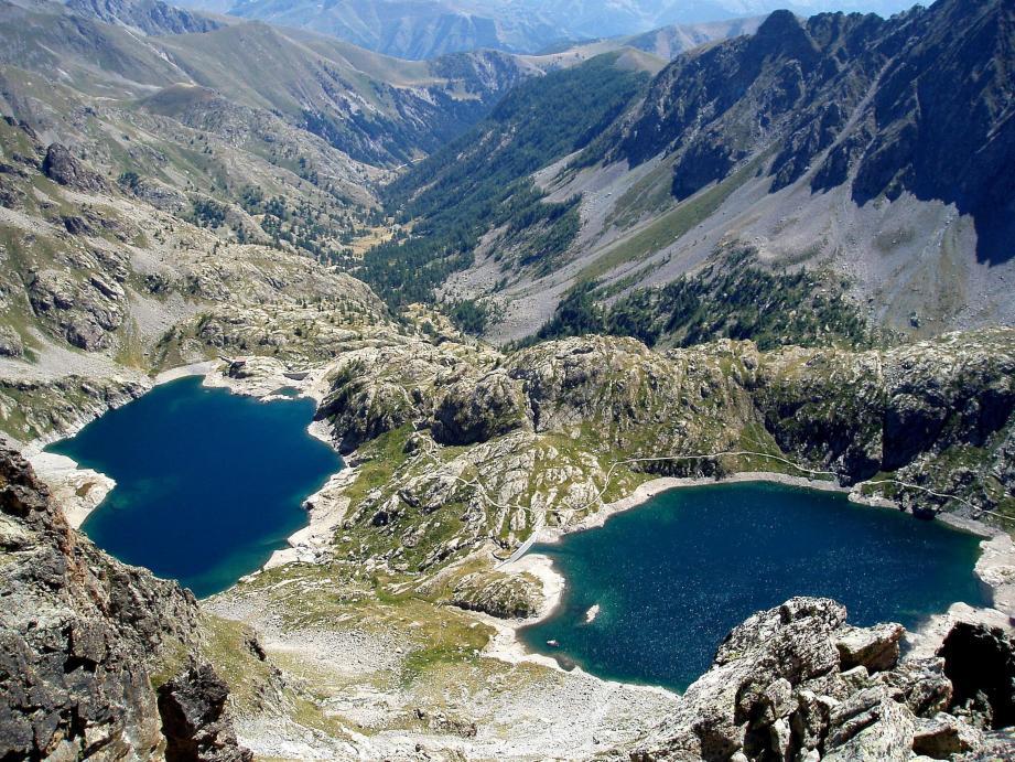 Le Parc national du Mercantour : vue plongeante depuis le Pas de la Fous sur la vallée de la Valmasque. Le Lac Vert de la Valmasque, et le Lac Noir.