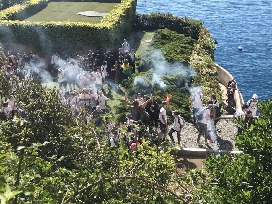 Le cortège s'est dirigé vers la digue pour prolonger la fête