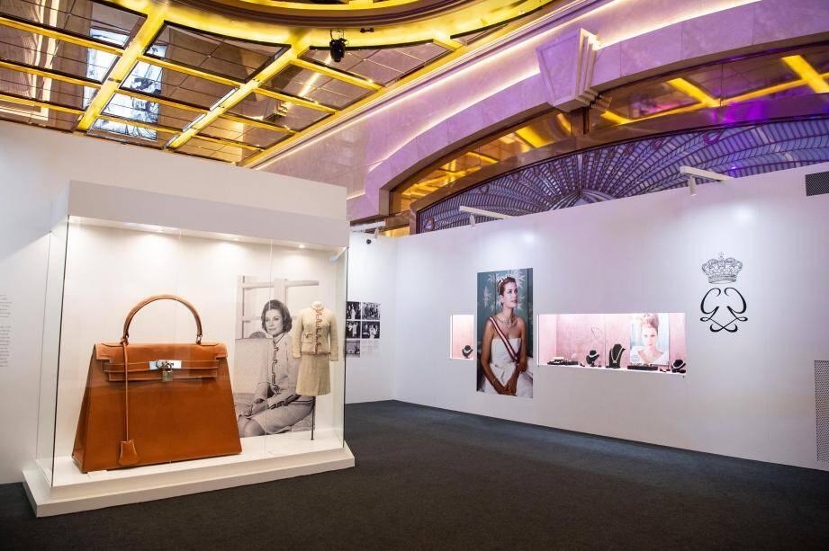 La princesse Charlène a parcouru l'exposition où sont notamment exposés un sac Kelly taille XXL de la maison Hermès et la robe de mariée que portait la princesse Grace en 1956.