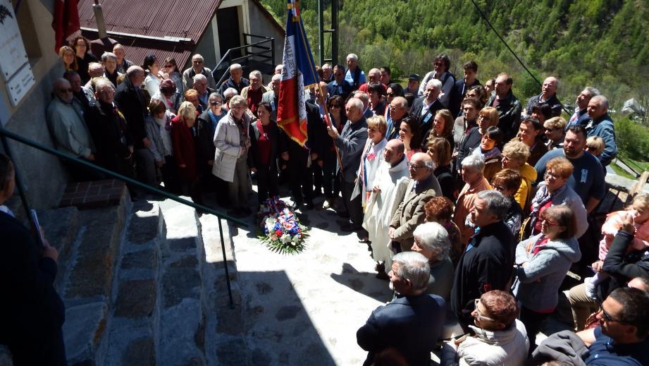 La population rassemblée autour du maire, Colette Fabron, des élus, du drapeau et de Mélanie Fabre, présidente du comité des fêtes, devant le monument aux Morts.