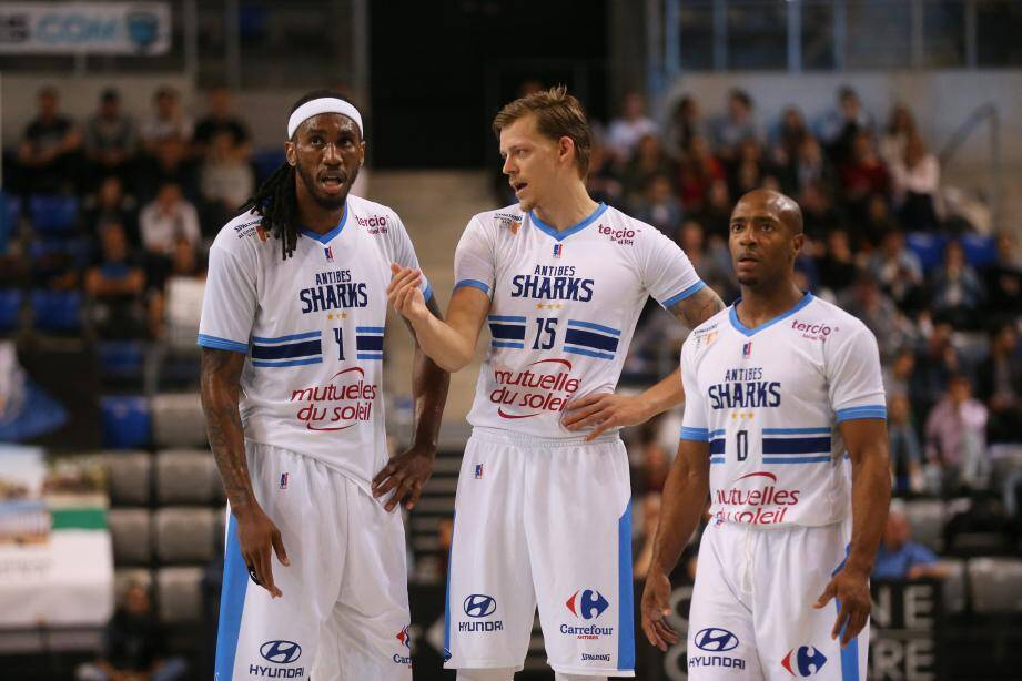 Blue, Gaddefors et Blassingame (en haut) face à la Roca Team de Dee Bost (à droite).