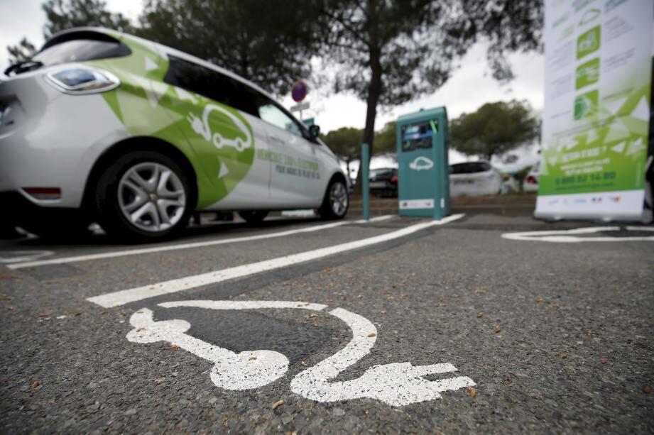 D'une puissance de 36 kWh, une borne permet une recharge accélérée de deux véhicules (deux-roues ou voiture) en même temps.