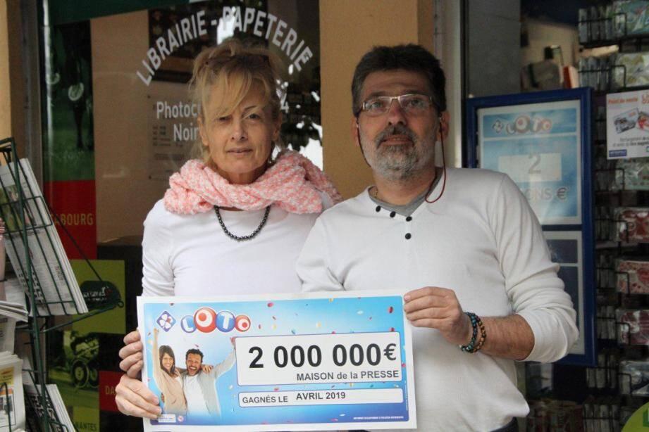 à la Maison de la Presse de Vence, les deux gérants affichent fièrement le gain remporté le 10 avril dernier par un couple de retraités de Tourrettes-sur-Loup.