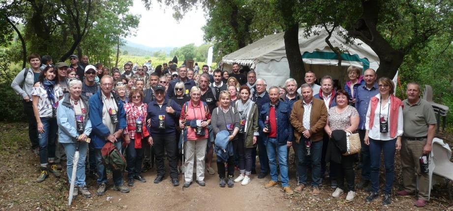 Le président (à droite) aux côtés des élus et du premier groupe de baladeurs. Au programme de cette journée : de 6 km de balade ponctuée de 5 haltes gourmandes et de dégustations de vins avec les vignerons.
