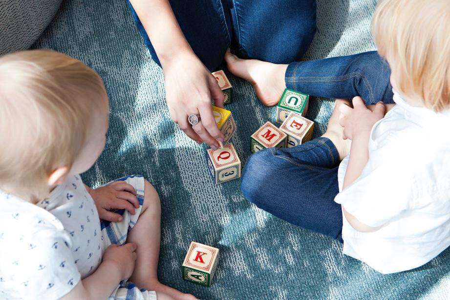 Même s'il ne réagit pas, il faut continuer à stimuler l'enfant, par le jeu notamment.