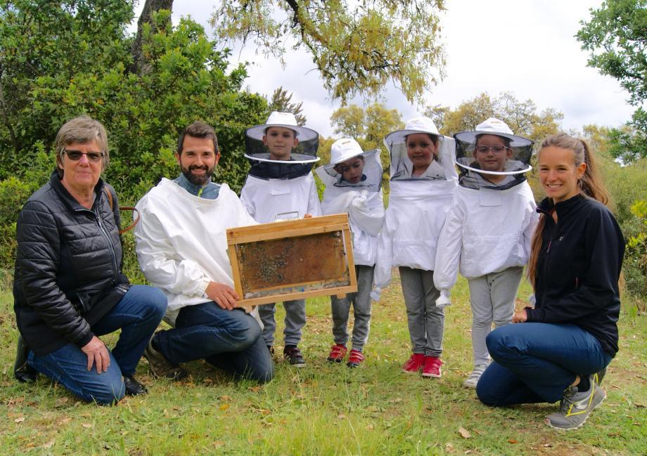 Les petits apiculteurs de « l'école en plein air », en compagnie de Julien, apiculteur, de Maëlle, à droite, de l'association Méditerranée 2000, et d'Evelyne Fisch, à gauche, adjointe à l'environnement de Vallauris.