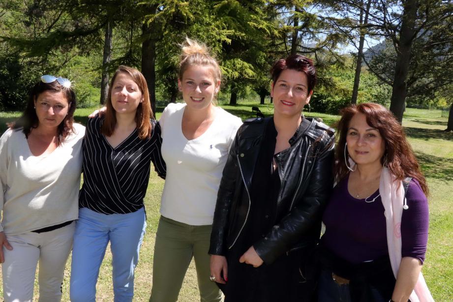 Alice Dupont, chef de service à la maison d'enfants Montjoye (en noir) entourée des éducateurs de l'établissement.