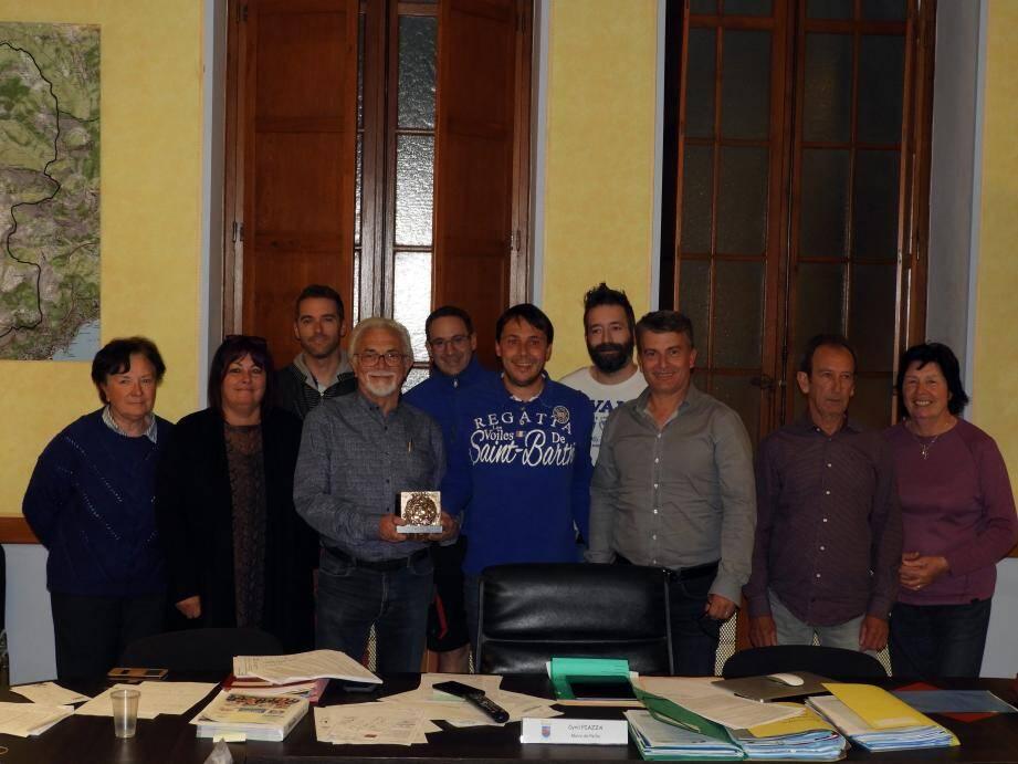 Adrien Arsento tenant la médaille, entouré du maire, Cyril Piazza, et des élus.