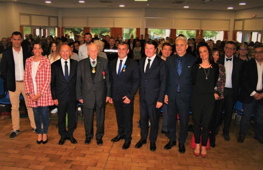 Elus et population entourent le récipiendaire, le maire, Hervé Paul.