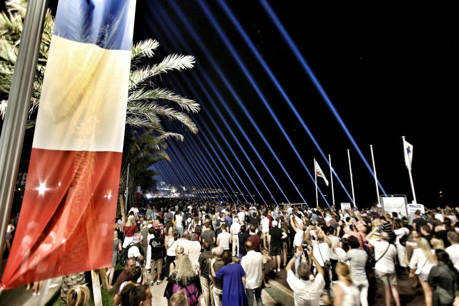 Cette année, comme lors des deux précédents hommages rendus aux victimes de l'attentat du 14 juillet 2016, ici en 2017, 86 faisceaux lumineux seront allumés sur la promenade des Anglais. Photo Cyril Dodergny