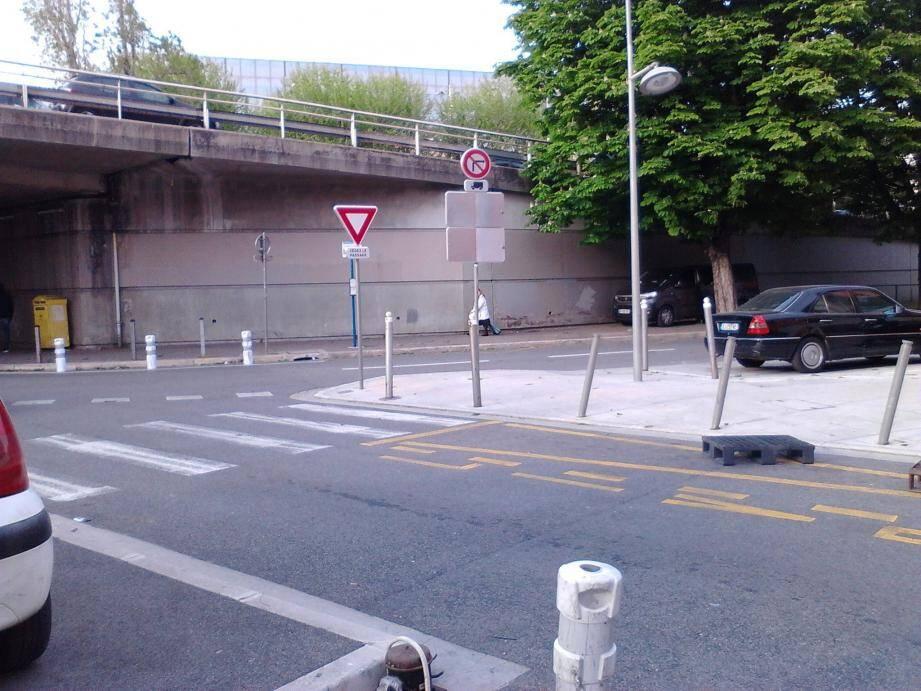Le « Cédez le passage » au bout de la rue Pauliani.(DR)