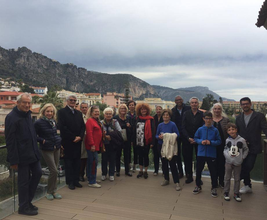 Sur la terrasse de la villa de May les « Ambassadeurs  » autour de la 1re adjointe, Marie-Josée Lasry, à l'initiative du projet et Catherine Legros, déléguée à la Culture.