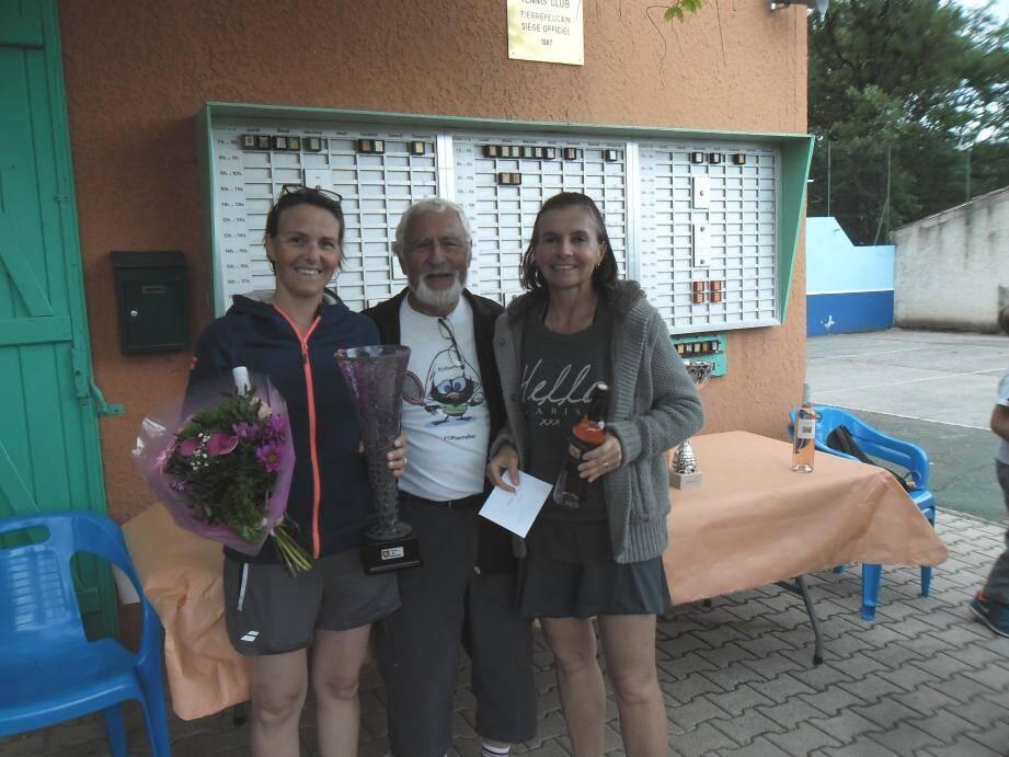 Le président du TCP et les finalistes dames Castagnera et Rathelot.