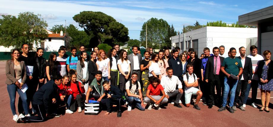 Photo de famille autour du maire de Cannes David Lisnard.