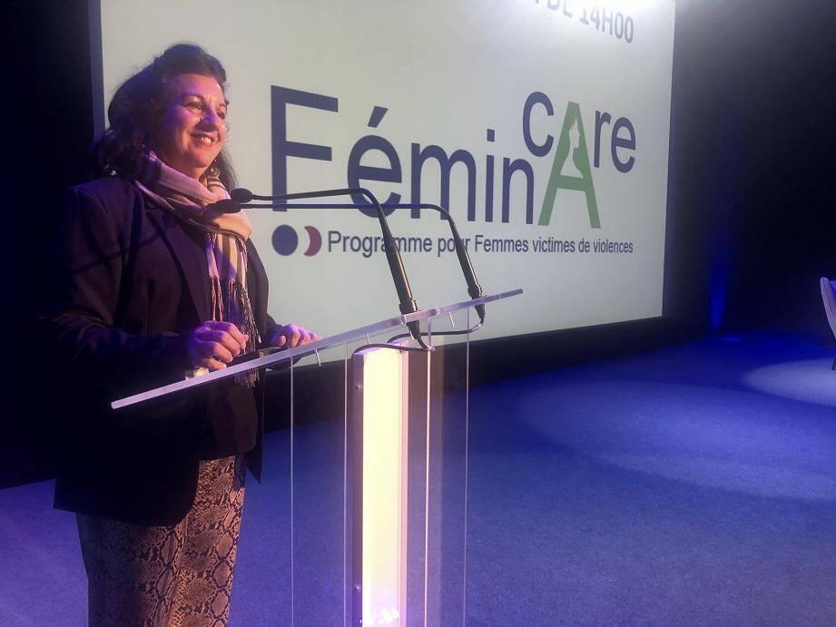 Michelle Blain, présidente d'Horizon Multimédia, au micro du colloque des violences faites aux femmes pour les professionnels de santé, hier au Palais des congrès de Juan.