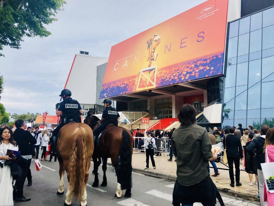 Seize chevaux arpentent la Croisette durant le festival pour sécuriser la ville.
